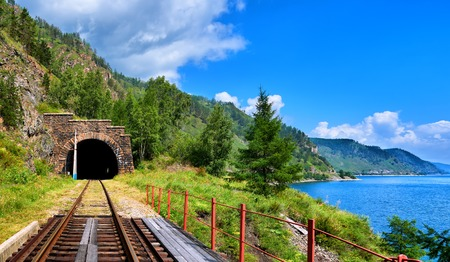Tunnel Bahn in der Nähe des Baikalsees und Brücke im Vordergrund. Region Irkutsk. Russland