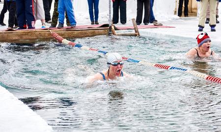 SAHYURTA, IRKUTSK-REGION, RUSSLAND - 11. März 2017: Cup von Baikal. Winterschwimmwettbewerbe. Zwei Frauen. Ein starker Atem