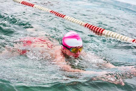 SAHYURTA, IRKUTSK-REGION, RUSSLAND - 11. März 2017: Cup von Baikal. Winterschwimmwettbewerbe. Brustschwimmen. Frau Editorial