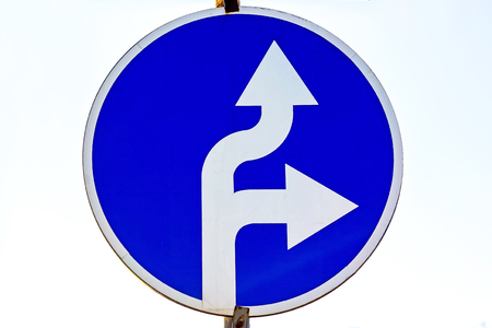 Road sign indicates the direction of the movement arrows. Banco de Imagens