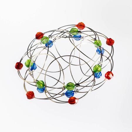 Modèle tridimensionnel fait main multicolore de solide géométrique sur fond blanc.