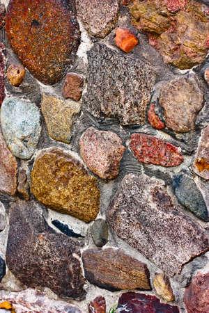 irregular shapes: Stone la pared de ladrillo hecha de piedras multicolores fragmentos de formas irregulares Foto de archivo