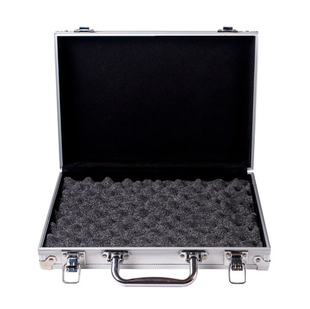 Valigia di alluminio aperta isolata su una priorità bassa bianca