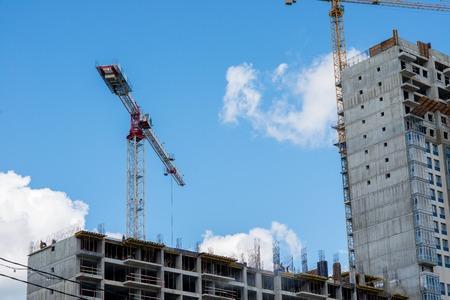Torre de la grúa en la construcción de una casa residencial