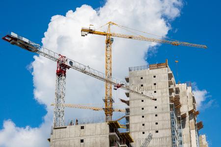 Torenkraan op de bouw van een woonhuis Stockfoto