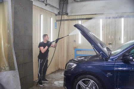 Moscow. Russia. 29th of May, 2018. The man washes the car Mercedes ml Foto de archivo - 104748811