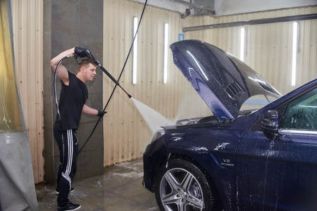 Moscow. Russia. 29th of May, 2018. The man washes the car Mercedes ml Foto de archivo - 104748812
