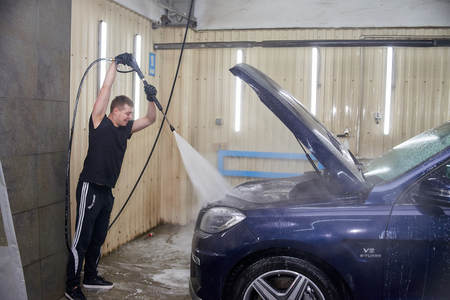 Moscow. Russia. 29th of May, 2018. The man washes the car Mercedes ml Foto de archivo - 104748813