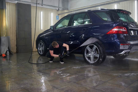 Moscow. Russia. 29th of May, 2018. The man washes the car Mercedes ml Foto de archivo - 104748816