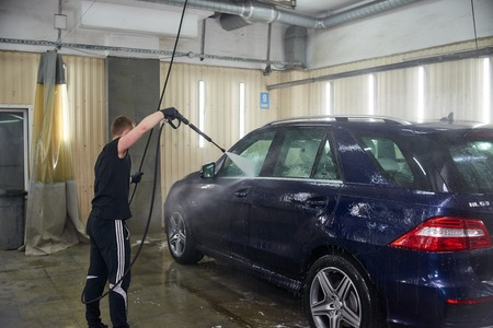Moscow. Russia. 29th of May, 2018. The man washes the car Mercedes ml Foto de archivo - 104748820
