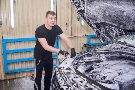 Moscow. Russia. 29th of May, 2018. The man washes the car Mercedes ml Foto de archivo - 104748825