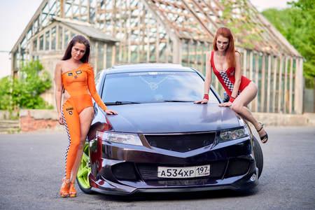 Moscow. Russia. May 26, 2015. Two beautiful girls next to a racing, sports car. Foto de archivo - 104748909