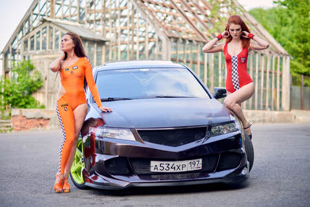 Moscow. Russia. May 26, 2015. Two beautiful girls next to a racing, sports car. Foto de archivo - 104748911