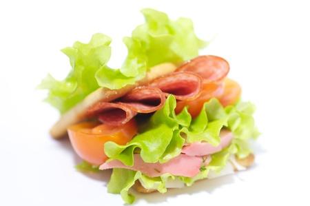 El trigo entero sándwich de pan con salchichone y verduras