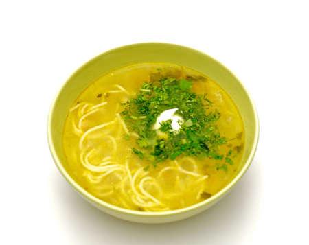 sopa de pollo: Tazón de pollo casera sopa de fideos con verduras y crema aisladas sobre fondo blanco