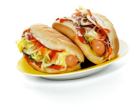 Zwei Hot Dogs auf Gelb Platte isoliert auf weißem Hintergrund