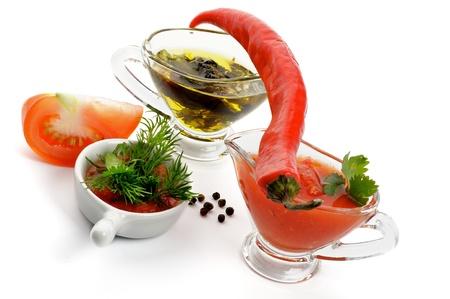 molhos: Arranjo de tomate, pimenta, Greens, Salsa Sauce e Azeite com Ervas isoladas no fundo branco Banco de Imagens