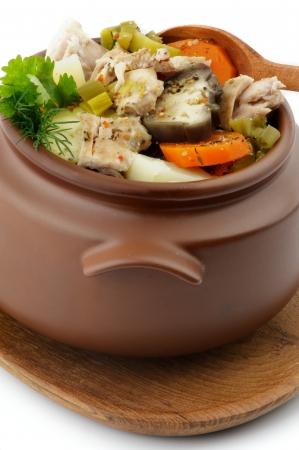 Chicken Stew, Gemüse und Greens in Brown Topf mit Holzlöffel auf weißem Hintergrund Standard-Bild - 15609033