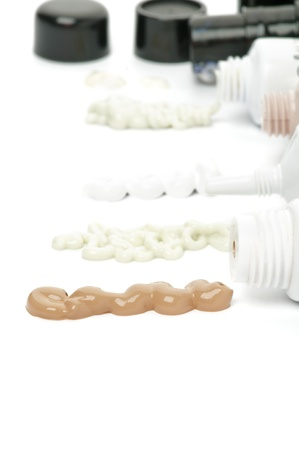 Contenedores de Tratamiento Facial y extraiga Cosméticos con, BB-Cream Mask, limpiador suave y blanco Gel de protección sobre fondo blanco