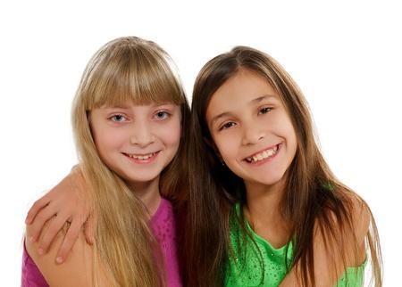 playmates: Dos Playmates felices sonriendo y abrazando aisladas sobre fondo blanco