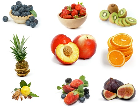 Fruits Sammlung mit Heidelbeeren, Erdbeeren, Kiwi, Ananas, Scheiben von Orange, Nektarinen, Zitronen, Brombeeren und Feigen isoliert auf weißem Hintergrund