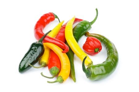 Haufen von verschiedenen Chili Peppers mit Red Habanero, Grün Jalape, Gelb Santa Fee, Grüne und rote Paprika isoliert auf weißem Hintergrund
