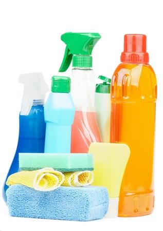 disinfectant: Disposici�n de Productos de Limpieza con botellas de aerosol, desinfectantes y esponjas aisladas sobre fondo blanco