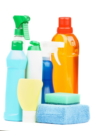 desinfectante: Botellas Arreglo Spray, desinfectantes, esponjas y otros productos de limpieza aislados en el fondo blanco Foto de archivo