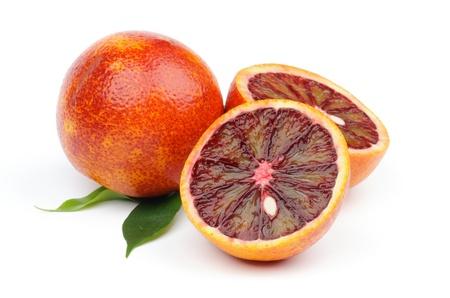 Naranjas maduras de sangre de todo el cuerpo y dos mitades aisladas sobre fondo blanco