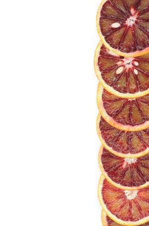 Rebanadas de Perfect Blood Oranges maduras como primer fotograma en el fondo blanco Foto de archivo