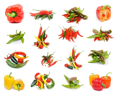 Colección de varios Peppers con rojo y amarillo pimientos, chiles, Habanero Rojo, Green Fee de Santa Jalapeno y amarillo aislado sobre fondo blanco Foto de archivo
