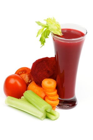 Disposición de remolacha, zanahoria, tomates, apio y alta copa de jugo de verduras aislados sobre fondo blanco