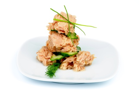 Arrangement der Thunfisch-Salat mit Dill, Gurke und Frühlingszwiebeln quadratischen weißen Platte isoliert auf weißem Hintergrund