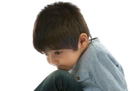 Sad Little Boy en primer camisa a rayas sobre fondo blanco Foto de archivo