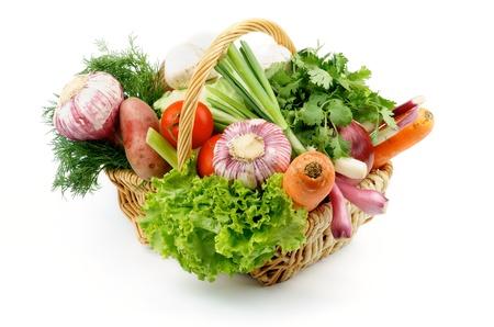 Korb mit verschiedenem Gemüse mit Salat, Frühlingszwiebeln, Knoblauch, Petersilie, Rosa Kartoffel, Tomaten, Karotten, Dill und essbare Pilze isoliert auf weißem Hintergrund