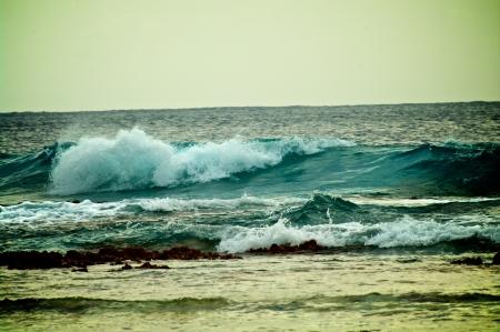 Salpicar Waves Breaking zona de Reef en el Océano Índico