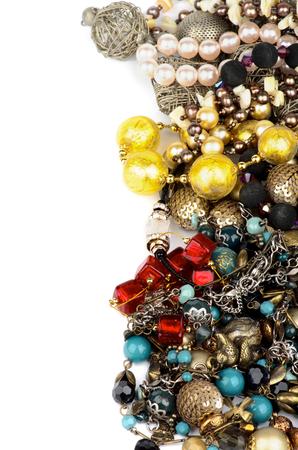 Marco de joyería con pulseras de oro, collar de rubíes, perlas y perlas joya aisladas sobre fondo blanco Foto de archivo