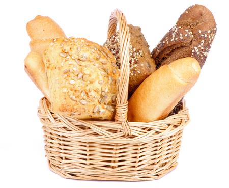 canasta de panes: Manojo de recién horneado Varios Pan en la cesta de mimbre aislada sobre fondo blanco Foto de archivo