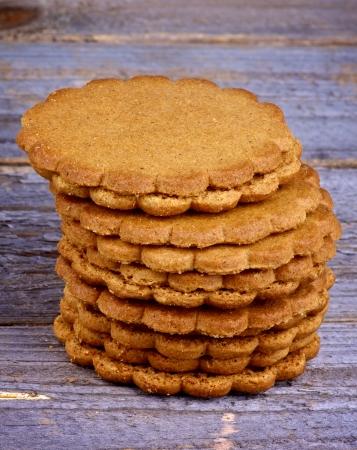 galletas de jengibre: Pila de galletas de jengibre hechos en casa aislados en r�stica de madera