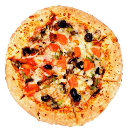 Recién horneado Vegetariana pizza con tomates, aceitunas negras y queso aisladas sobre fondo blanco Vista superior Foto de archivo