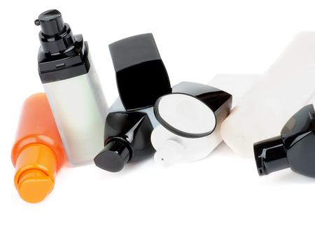 cremas faciales: Arreglo Faciales Cosméticos contenedores con limpiador, hidratante y cremas de cuidado de los aislados en fondo blanco