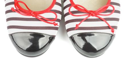 mujeres elegantes: Narices de rayas y barnizadas Mujeres Zapatos elegantes aislados en fondo blanco