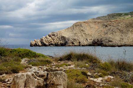 paisaje mediterraneo: Belleza del paisaje mediterr�neo en d�a nublado al aire libre en la bah�a de la Costa Norte de Menorca, Islas Baleares