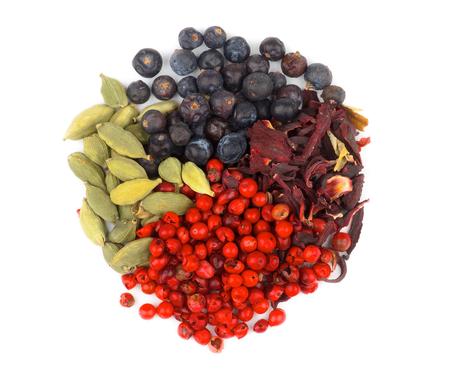 Disposición de cardamomo, pimienta roja, Negro Pimienta y rebanadas de Paprika secada como forma de círculo aislado sobre fondo blanco Foto de archivo - 35203362