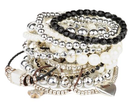 Haufen von verschiedenen Pearl, isoliert Silber und Schwarz Schmuck Edelsteine ??Armbänder auf weißem Hintergrund