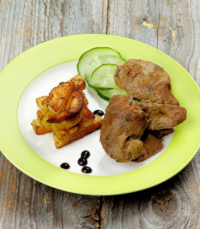 higado de pollo: Pollo asado delicioso h�gado Dispuestos con los palillos a la parrilla patata, pepino y salsa de bals�mico en la placa verde Corte transversal en el fondo de madera r�stica