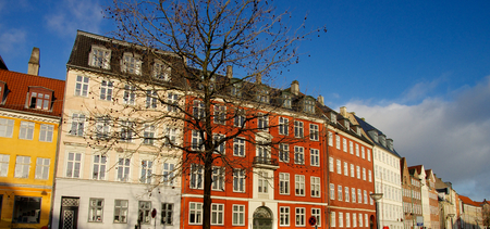 case colorate: Wall of Colorful Houses with Attic Windows in Centre of Copenhagen, Denmark