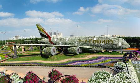 Dubai, Verenigde Arabische Emiraten - 8 december 2016: Dubai Miracle Garden: 's werelds grootste natuurlijke bloementuin. Structuur die de vorm van de Airbus A380 vormt.