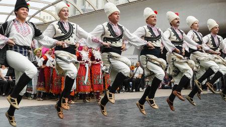 SOFIA, BULGARIA - 7 de mayo de 2018: Personas en trajes tradicionales bailan horo búlgaro en Sofía, Bulgaria.