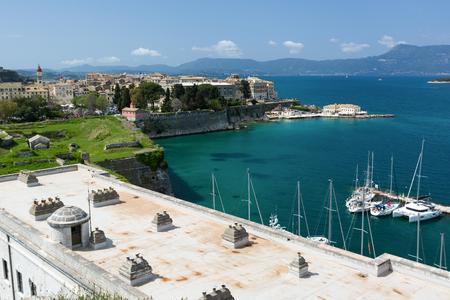 Paisaje urbano de la ciudad vieja de Corfú, Grecia. Vistas a la ciudad de Kerkyra desde la antigua fortaleza.